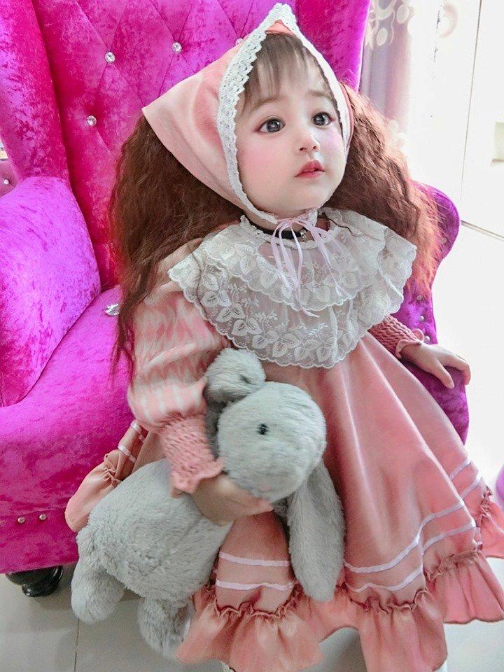 Малышка с кукольным личиком: многие не верили в естественную красоту девочки, пока не увидели ее маму