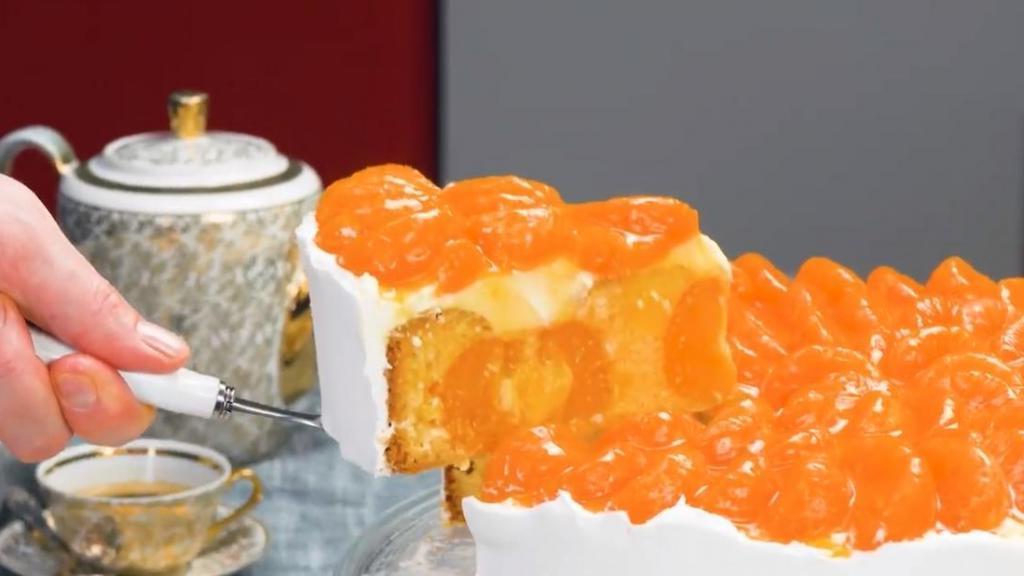 Кладу очищенные мандарины в форму и заливаю тестом - цитрусовый торт готов