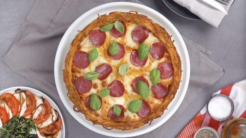 Остались спагетти? Сделайте оригинальную пиццу с моцареллой, фаршем и салями
