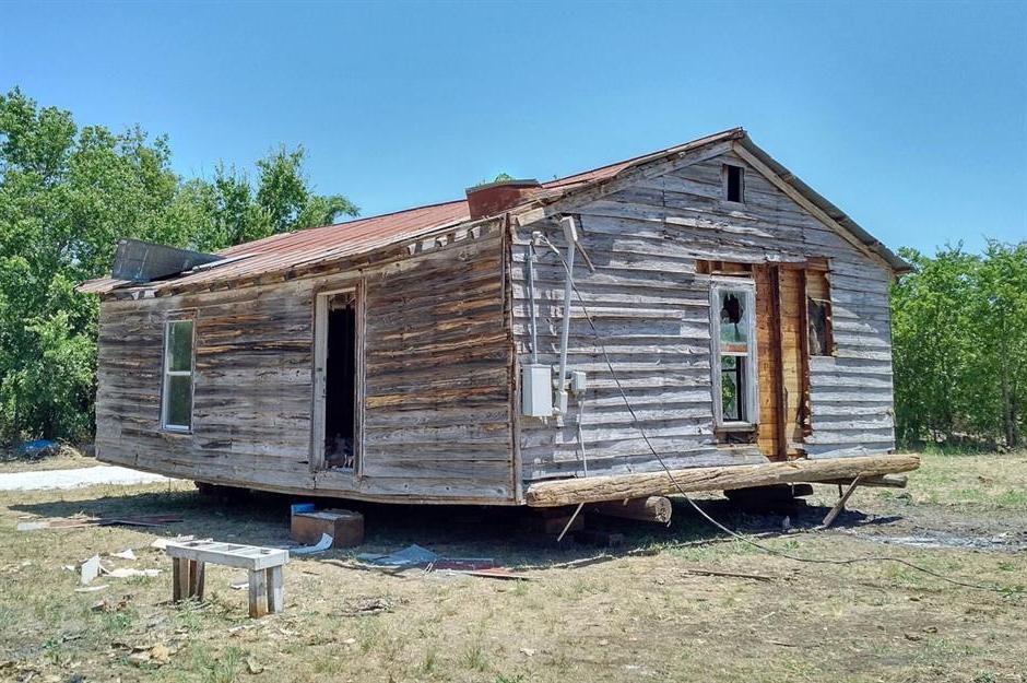 Семья купила лачугу на просторном участке и сделала из нее потрясающий фермерский дом