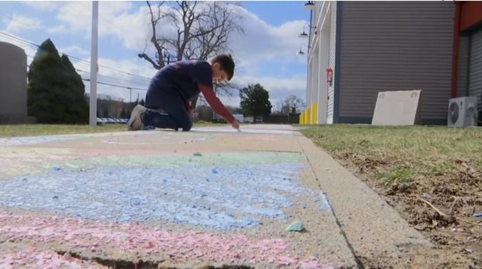 Фреска надежды: 9-летний мальчик своим необычным посланием на асфальте удивил пожарную часть родного города