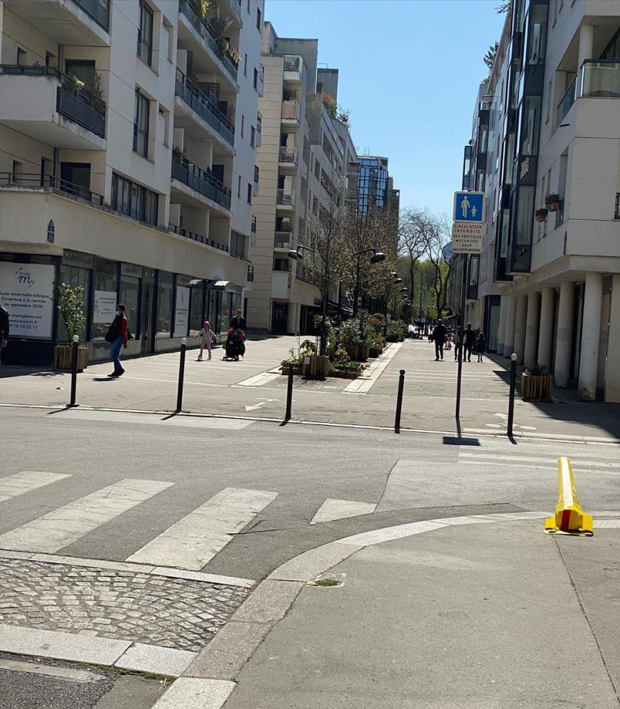 Россиянка проводит карантин в Париже. Она рассказала, как ведут себя французские полицейские, местные жители и как работают магазины (фото)
