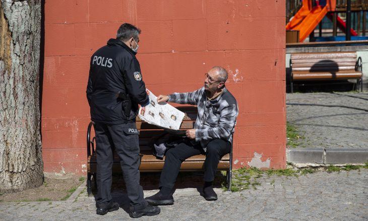 Сняли все лавочки на улицах, продукты на веревочке: как в Турции защищают пожилых от коронавируса