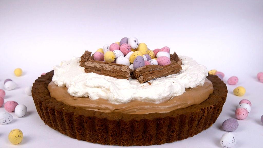 Нежный шоколадный пирог в форме гнезда с разноцветными яйцами: оригинальный рецепт к Пасхе