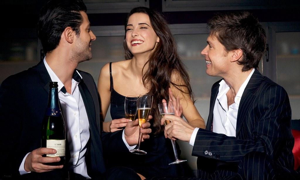 Будьте веселой и флиртуйте с разными парнями: научно доказанные способы, как влюбить в себя любого человека