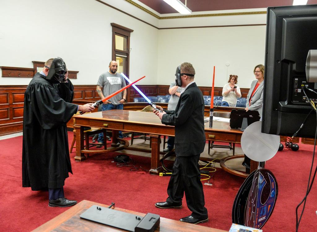 Судья примерил костюм Дарта Вейдера, чтобы провести слушание по усыновлению в стиле Звездных войн
