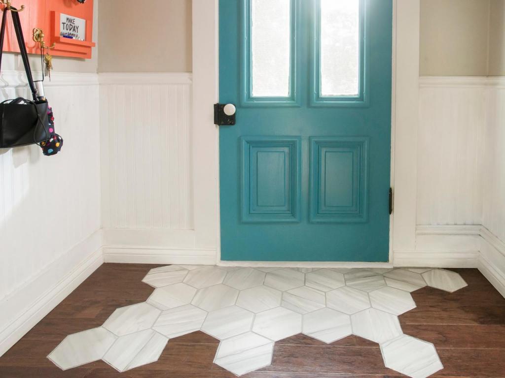 Придумали, как красиво выложить плитку на паркете у двери: получилась оригинальная замена коврику