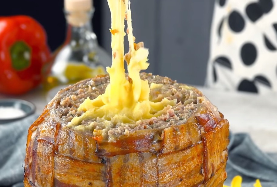 Фирменное блюдо свекра - яйцо с сюрпризом: внутри мясо, сыр, картофельное пюре (очень вкусно)
