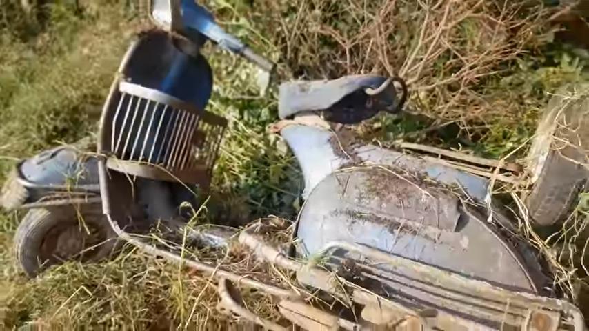 Парень нашел заросший травой старый мотороллер: через два месяца раритет был как новый