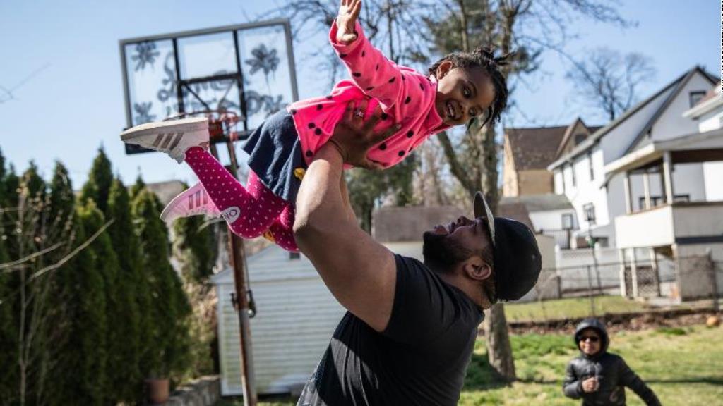 Миллионы пап вынуждены сидеть дома, развлекать детей: карантин укрепил семьи