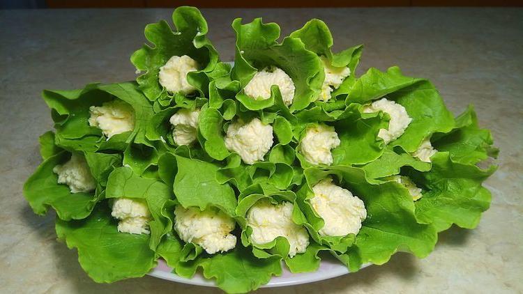 В листья салата заворачиваю начинку из плавленого сырка: бюджетно, вкусно и выглядит закуска эффектно