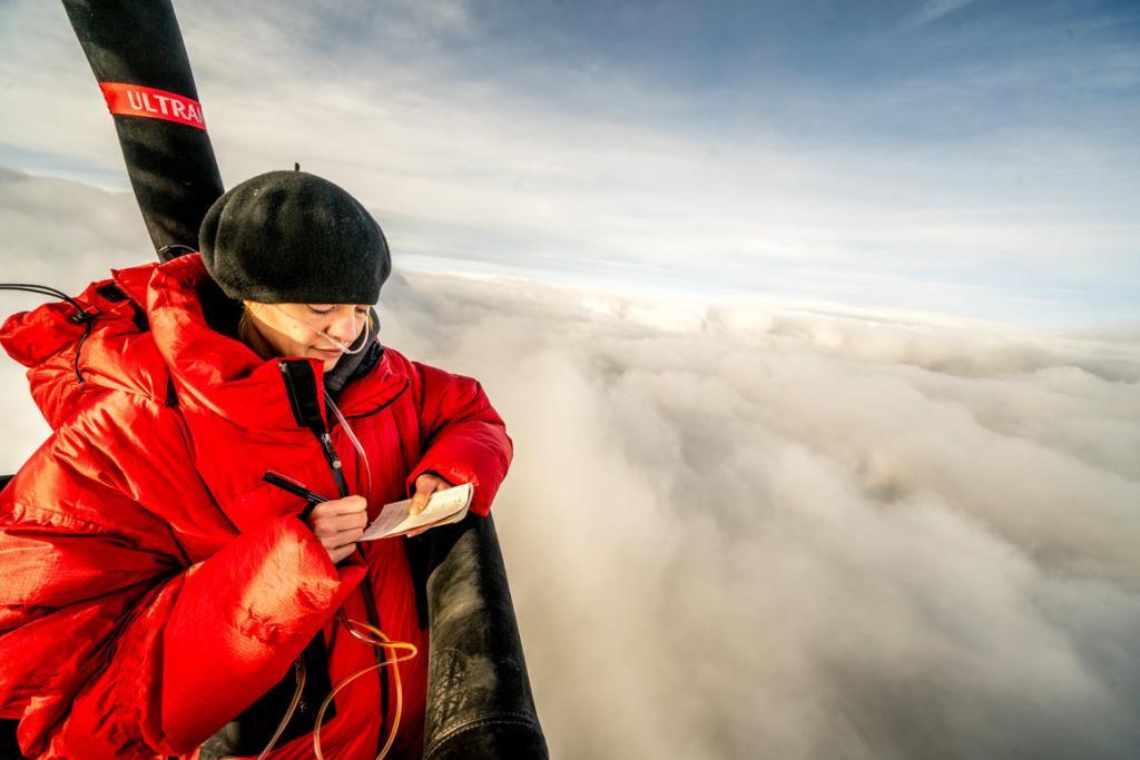 Писательница отправилась в путешествие на воздушном шаре со швейцарскими воздухоплавателями и провела 7 часов в небе