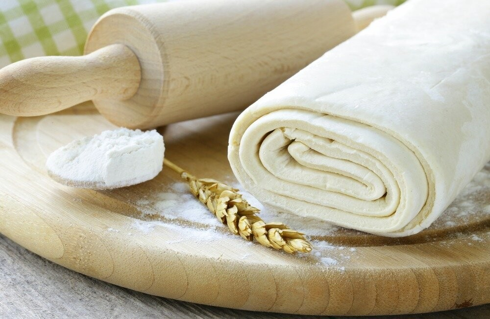 Часто пеку вкусные слоеные булочки из фасоли и сыра, иногда добавляю сосиску