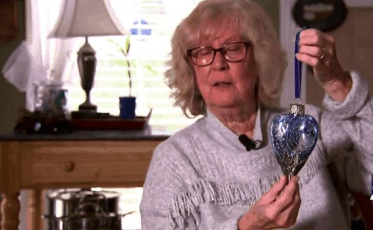 Пожилая женщина купила на барахолке необычное украшение. Дома она поняла, что в нем что-то лежит