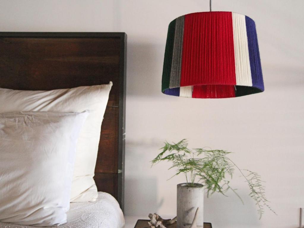 Из запасов пряжи сделали дома красивый абажур для лампы: выбираем любимые цвета и следуем простой инструкции