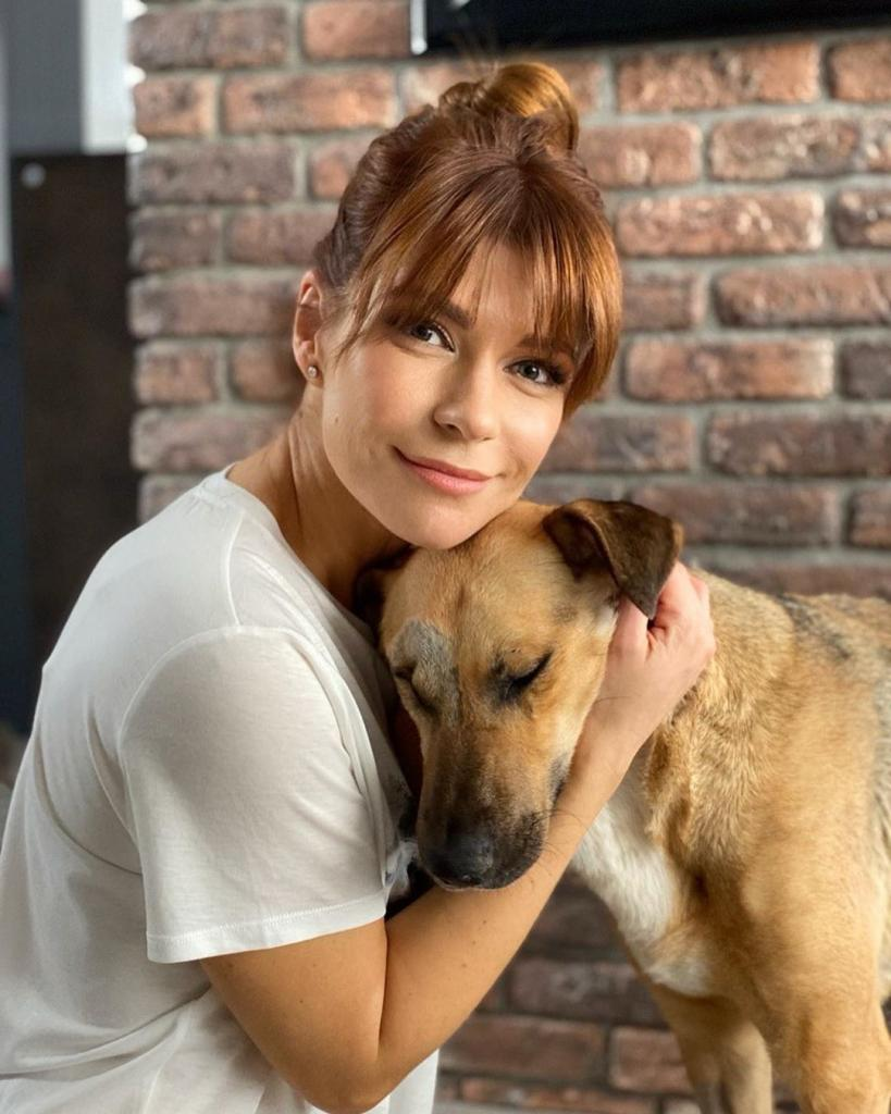 «Приветствуйте нового члена семьи»: Актриса Екатерина Волкова взяла из приюта слепую собаку по кличке Валя