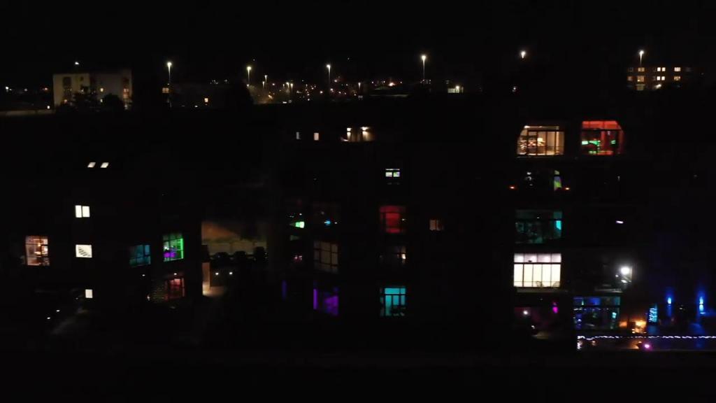 Жители Саут-Шилдс устроили грандиозную танцевальную вечеринку в стиле диско на карантине (видео)