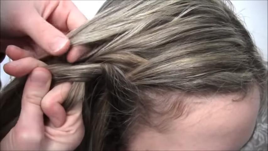 Несколько монотонных движений   и все готово. Девушка показала легкий способ сделать роскошную прическу на длинные волосы (видео)