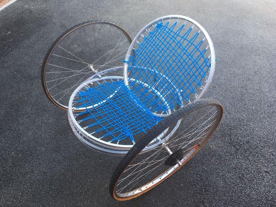 Муж снял колеса со старых велосипедов и смастерил простое, но удобное кресло