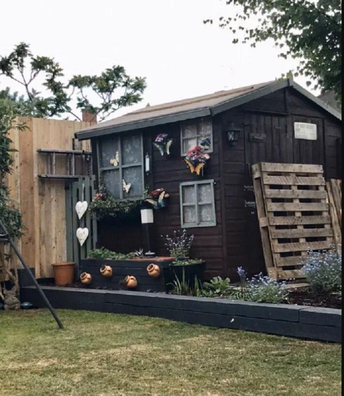 Семья обновила весь двор, используя поддоны и горшечные растения, и не потратила ни копейки: фото результата
