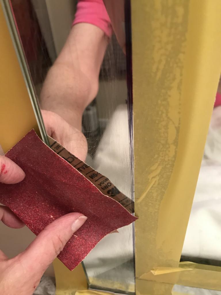 В моей ванной висело простое скучное зеркало: взяла плитку и все исправила