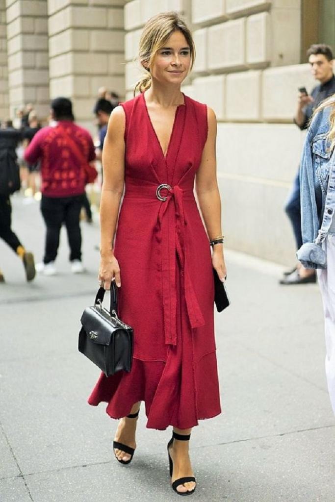Обеспечить стройную талию и подчеркнуть ноги поможет платье: какую модель стоит выбрать на лето