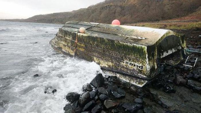 Лодку стоимостью £50 000 прибило к дому женщины, и ей разрешили оставить судно
