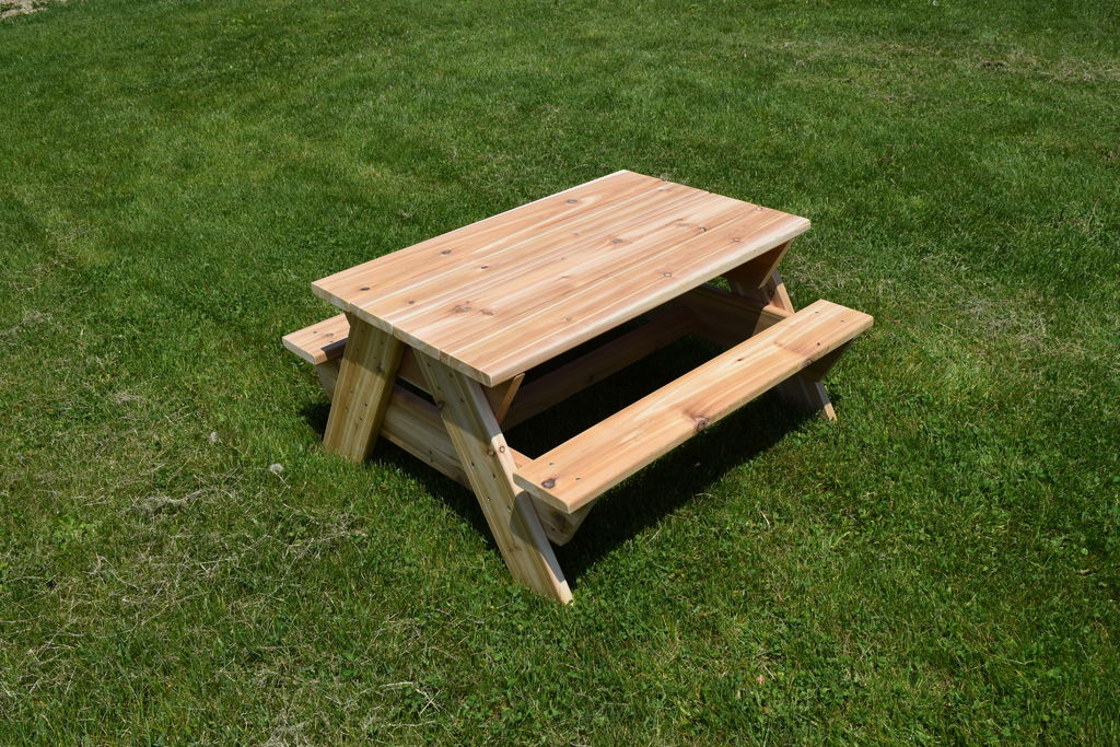 Муж смастерил для маленькой дочки кедровый столик для пикника: теперь малышку не придется держать на коленях во время трапезы