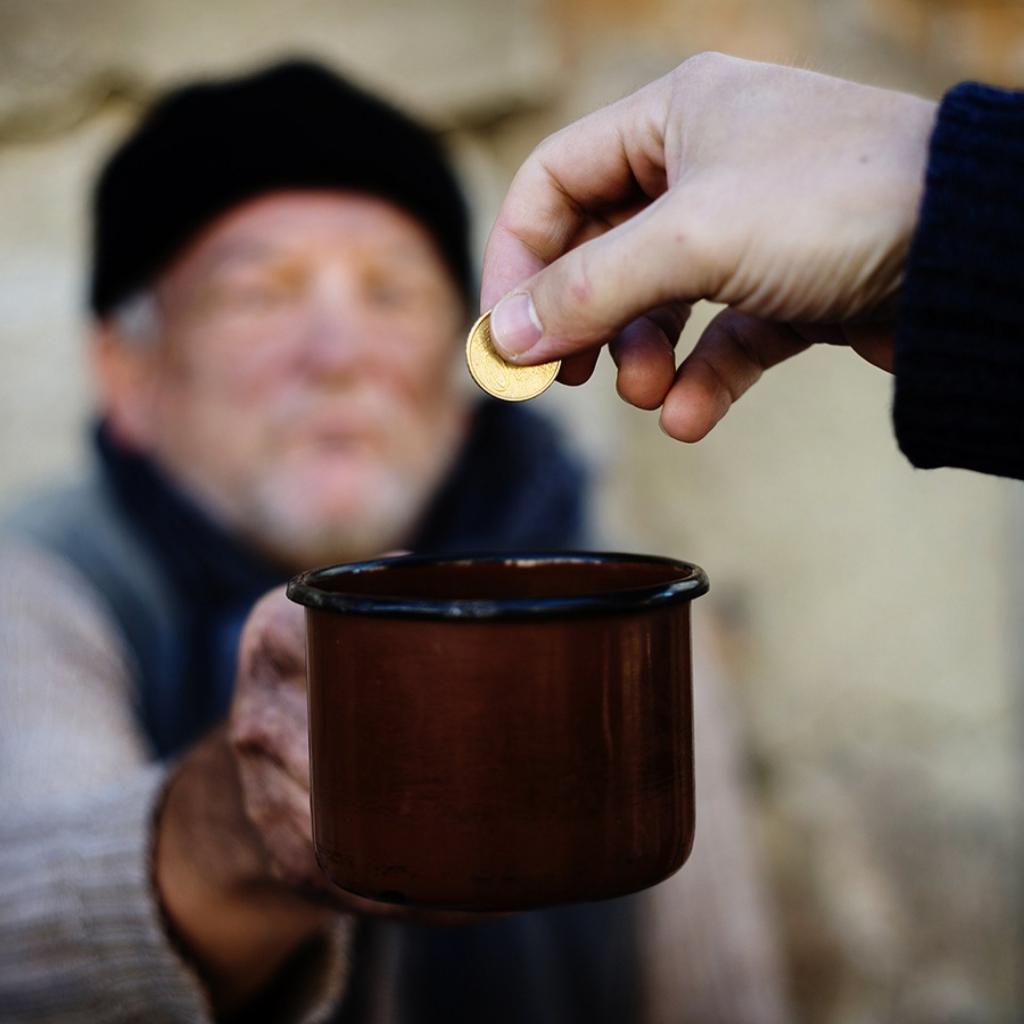 Почему в праздник Вознесения нельзя отказывать нищим в подаянии и помощи: батюшка рассказал о большом грехе