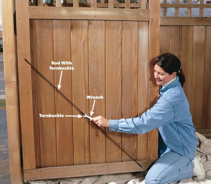 Как обновить деревянный забор: расправьте ворота и двери, проверьте столбы