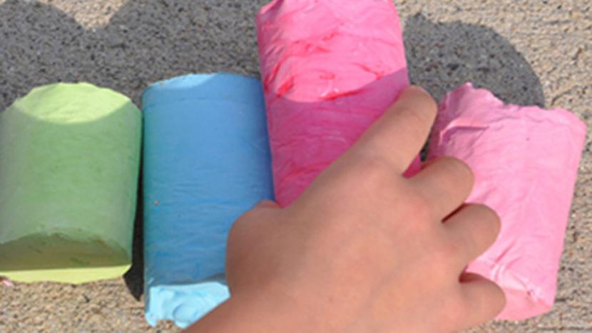 Сестра делает самодельные мелки для детей любого размера и цвета из яичной скорлупы. И они намного удобнее покупных
