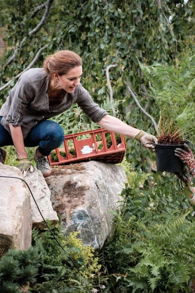 """Поклонники Кейт Миддлтон оценили ее любовь к земледелию: не боясь испачкать руки, герцогиня создает """"царственный сад"""""""