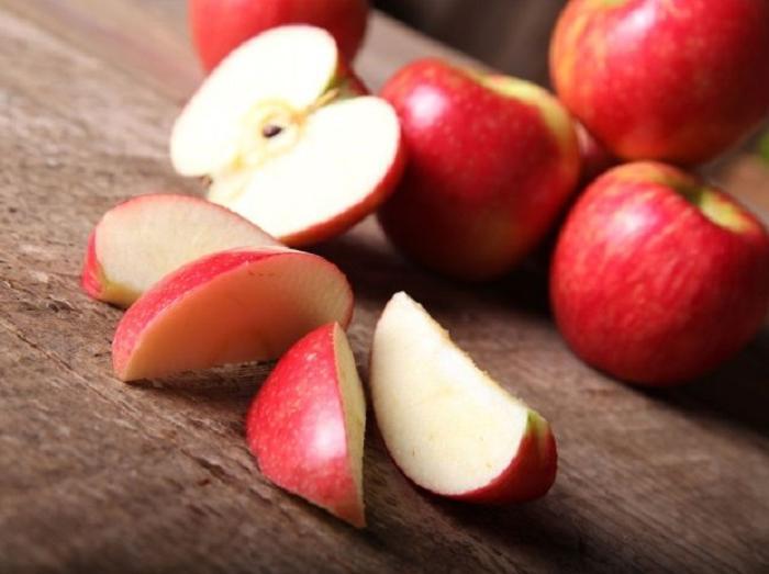 Увидела на столе у подруги яблоко с надетой на него резинкой: хитрый лайфхак, которым теперь пользуюсь сама