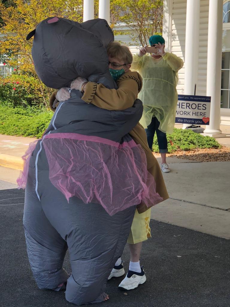 Иногда все, что тебе нужно, – это просто обнять маму: дочь придумала оригинальный защитный  костюм  – видео