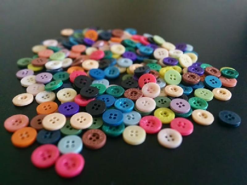 На радость маленьким модницам: смастерила для дочери яркие сережки из разноцветных пуговиц