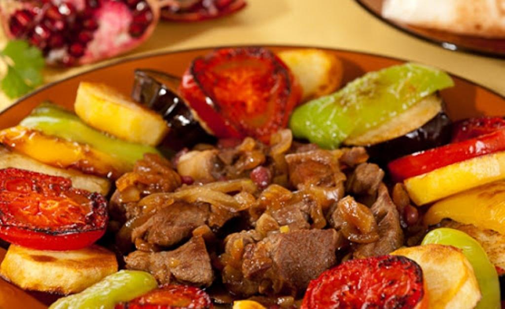Не знаете, чем удивить гостей? Подайте на стол ягненка с овощами по-гречески