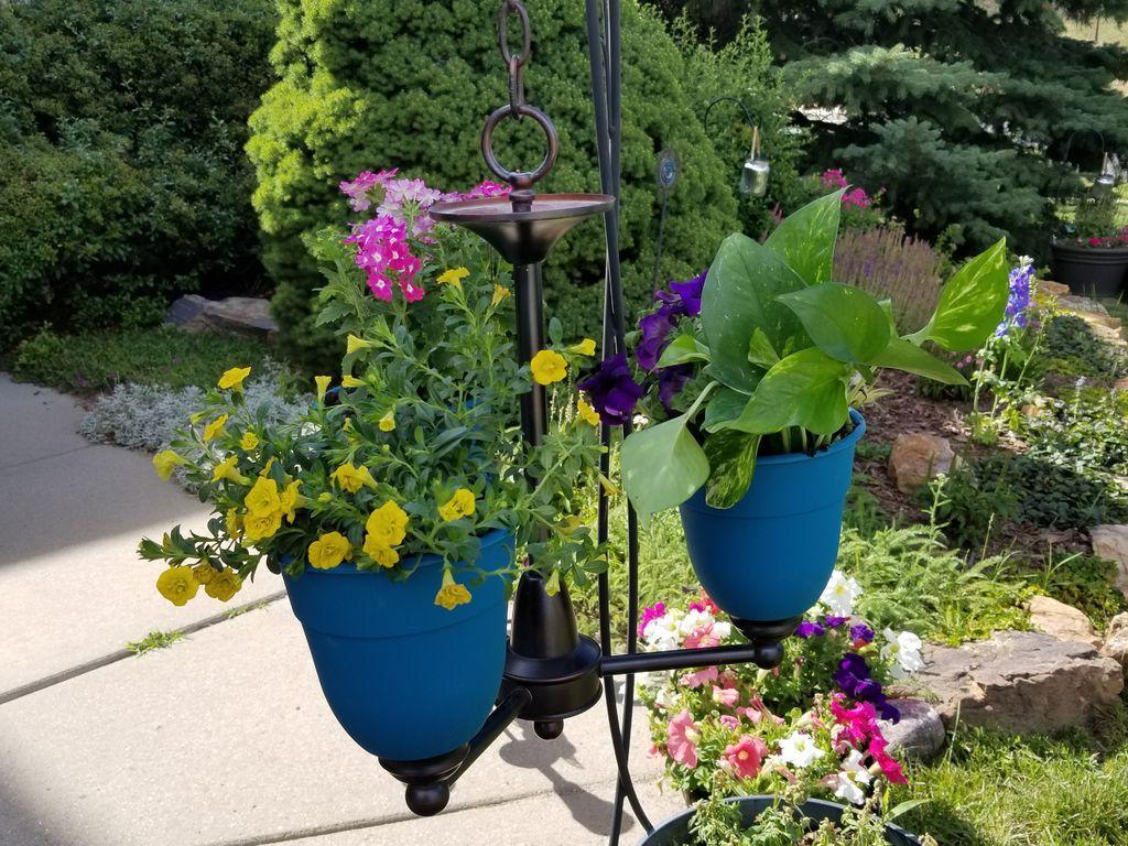 Красивая подставка для цветочных горшков: муж сделал ее из старой люстры