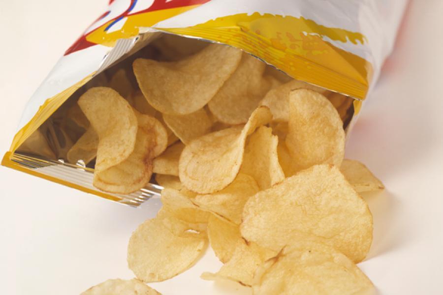Крошки больше не страшны: девушка показала, как запечатать открытую пачку чипсов