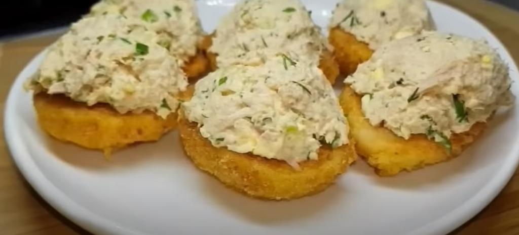 Вареные яйца обжариваю в кляре и кладу начинку: вкусная закуска, которая готовится за считаные минуты