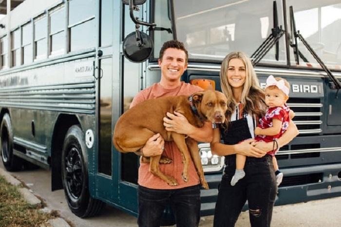 Пара отремонтировала старый автобус и уже 2 года путешествует на нем – получилось жилье, которому можно позавидовать