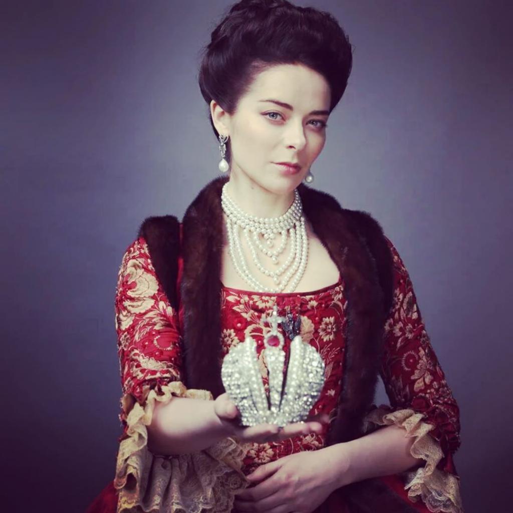 Я сильно удивилась, когда узнала, что Александрова   ненастоящая фамилия актрисы, сыгравшей Екатерину (да и сама она, оказывается, родом не из России)
