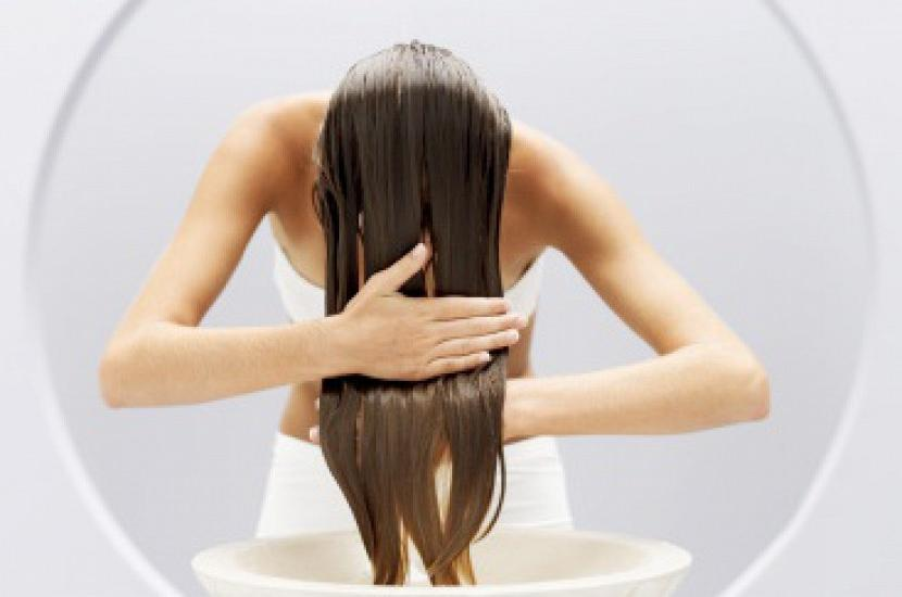 Волосы быстро становятся жирными: 6 привычек, которые способствуют загрязнению волос