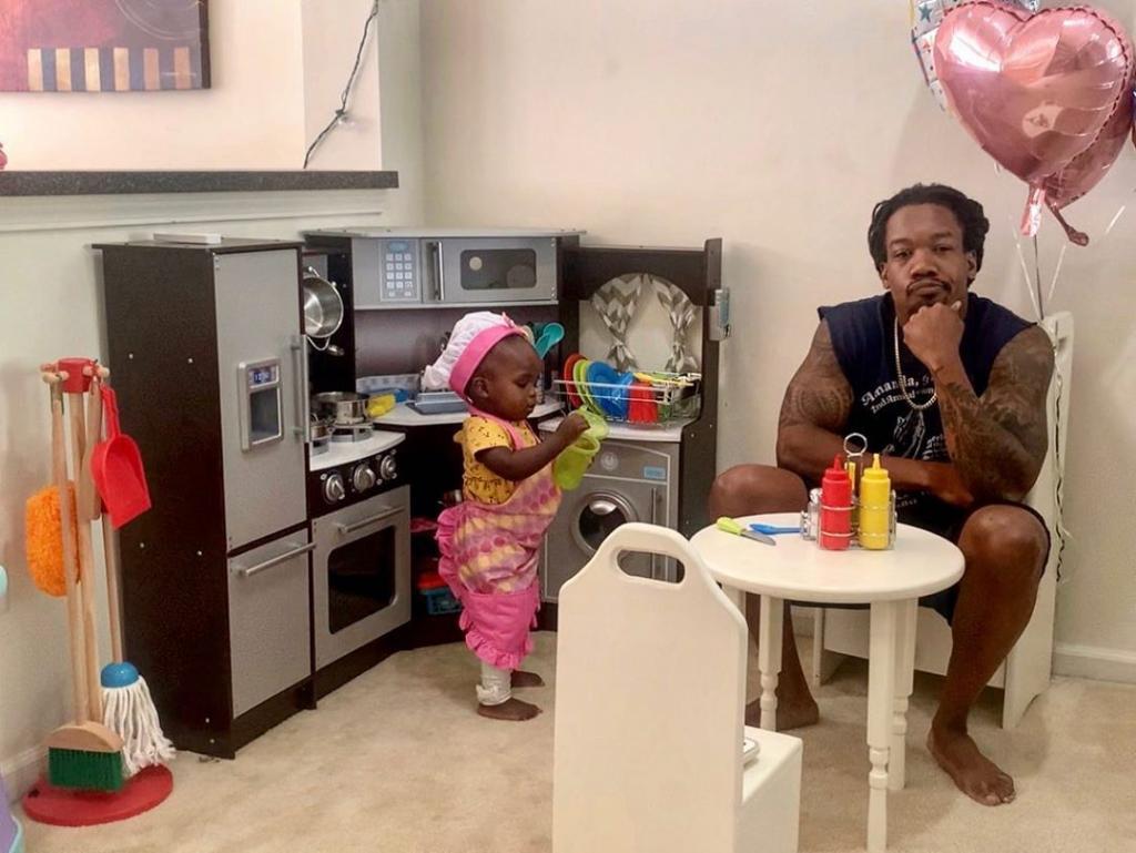 «Обслуживание клиентов могло бы быть лучше, но повар — милашка»: папа поделился фото с обеда в «ресторане» дочки