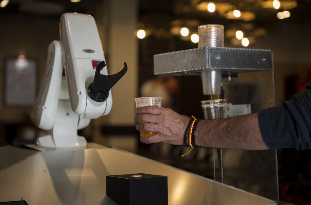 Бесконтактное пиво можно отведать в испанском пабе, где вместо живого бармена работает робот