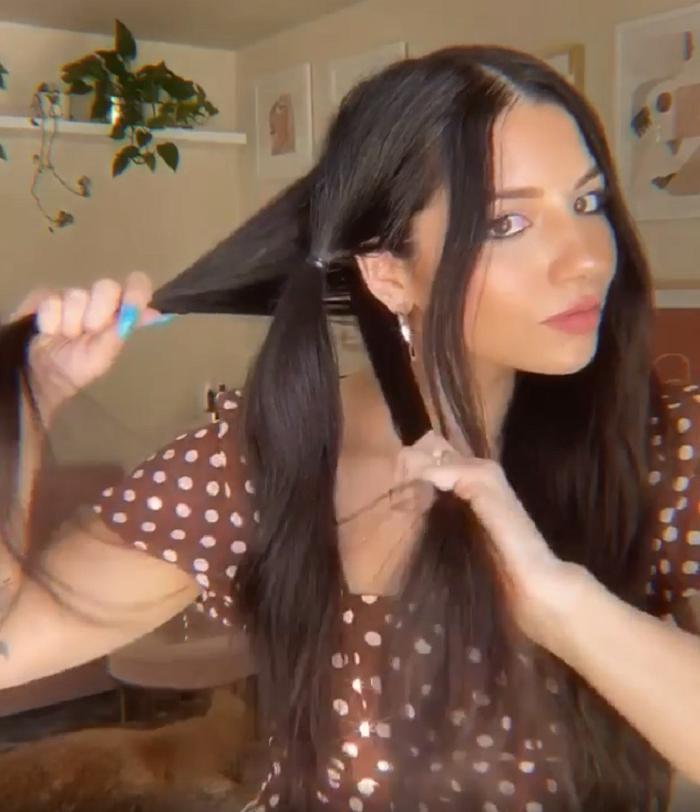 Чтобы косы выглядели современно, девушка использует особую технику плетения