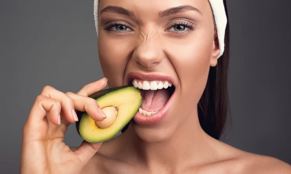 Самый вкусный способ съесть авокадо от американского шеф-повара: добавляем 2 ингредиента и не режем на ломтики