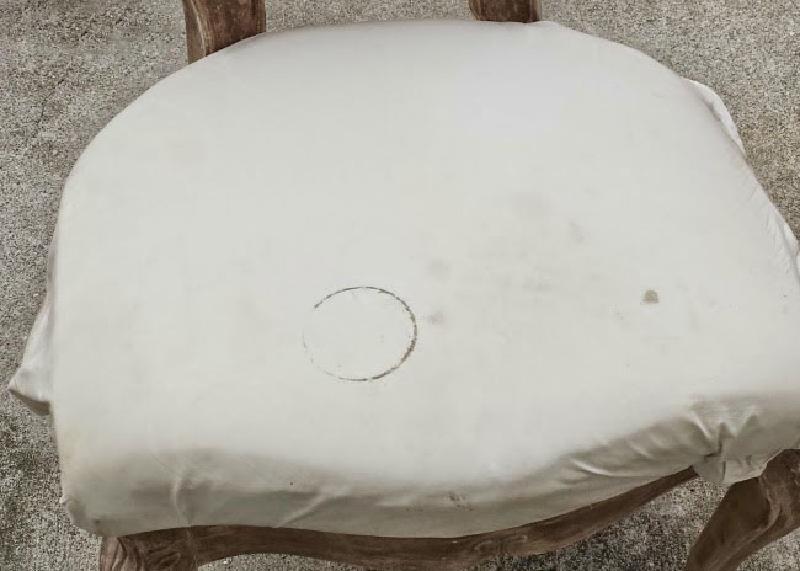Соседка предложила забрать на дачу старинный, уже несколько раз перекрашенный стул: когда пришла в гости, не узнала свою мебель