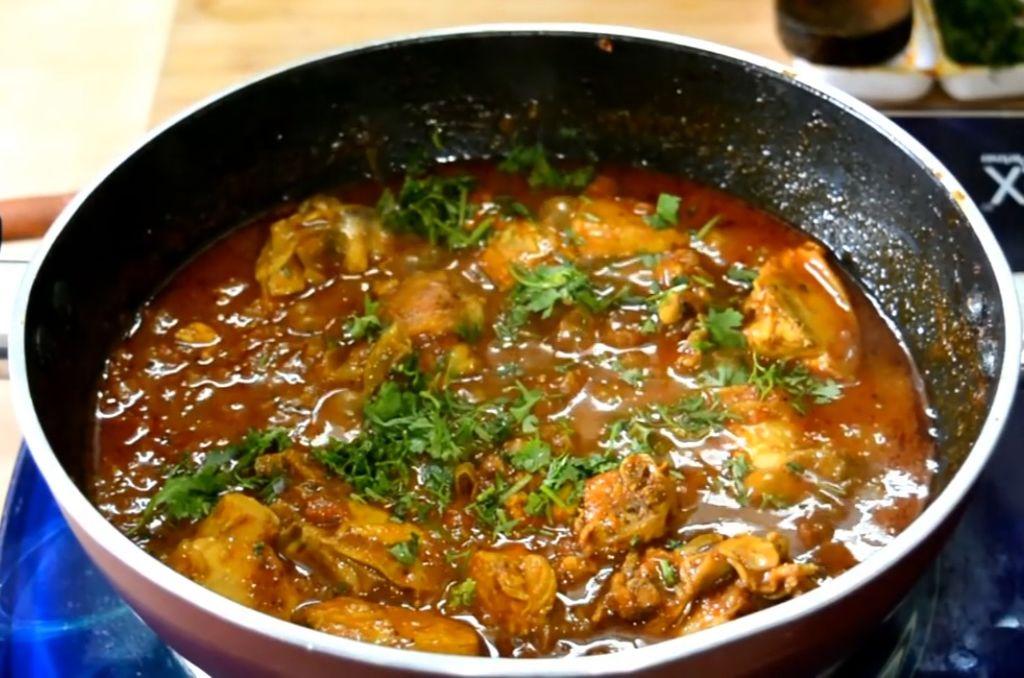 Муж любит острую пищу. Решила приготовить курицу карри по индийскому рецепту. Сочность добавили помидоры