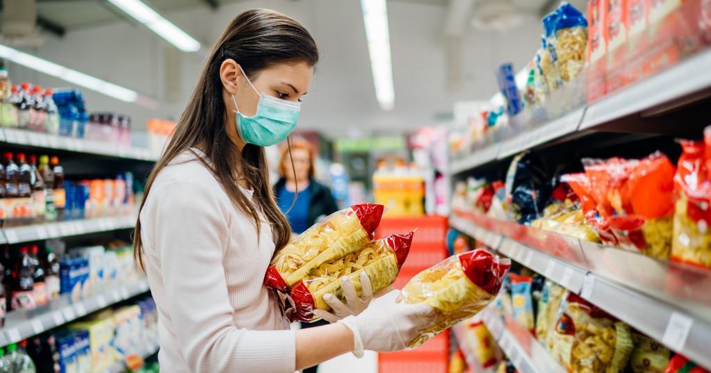 Вирус передается не через пищу или упаковку: вирусолог объяснил, чего стоит опасаться в магазине