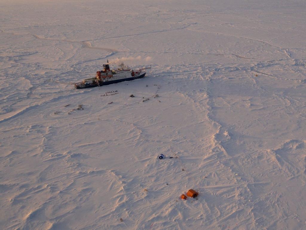 Дикие уголки планеты, в которых пришлось изолироваться людям: экипаж Полярной звезды буквально застрял в арктических льдах